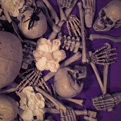 Decoraciones de esqueletos y lápidas