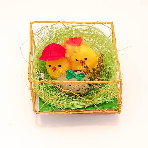 Nido Con Pollitos Y Decoración De Huevos De Pascua